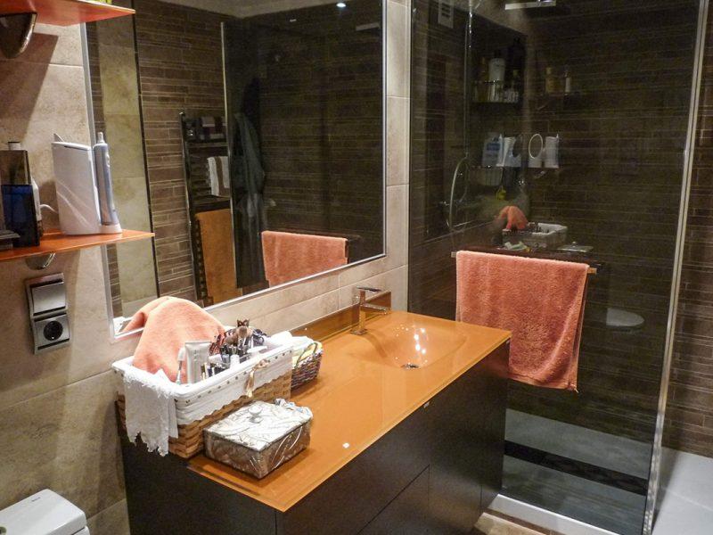 Reforma de baño tono naranja